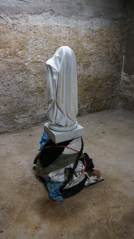 """Marbre blanc, acier, vêtements d"
